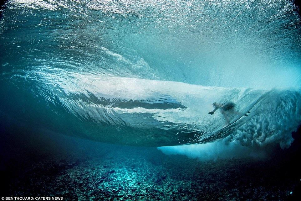 Hình ảnh ngoạn mục đến khó tin của những vận động viên lướt sóng - 9