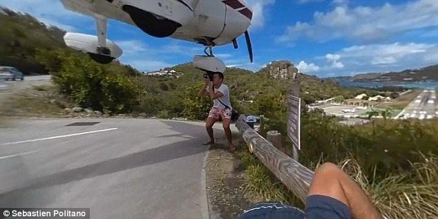 Vị khách du lịch liều lĩnh chụp hình khi máy bay đang bay sát đầu