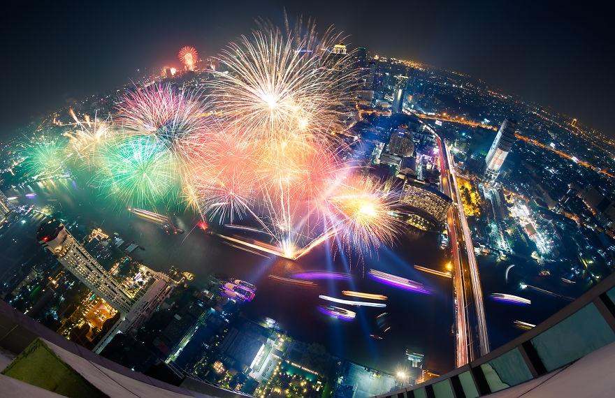 Pháo hoa tỏa sáng trên nền trời chào đón năm mới.