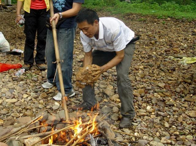 Sau đó nướng chín trực tiếp trong lửa