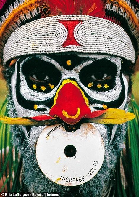 Một chiến binh thuộc bộ tộc với chiếc nhẫn hiện đại treo trên mũi trong một ngày lễ ở Papa New Guinea.