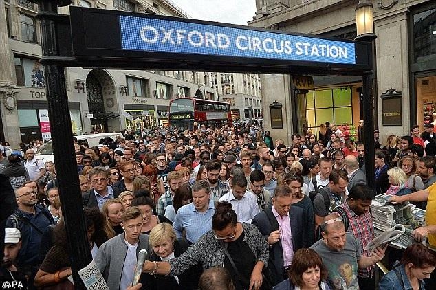 Người dân London vật lộn xếp thành hàng dài, chen chân xuống trạm tàu điện ngầm ở Oxford Circus trong một ngày bình thường