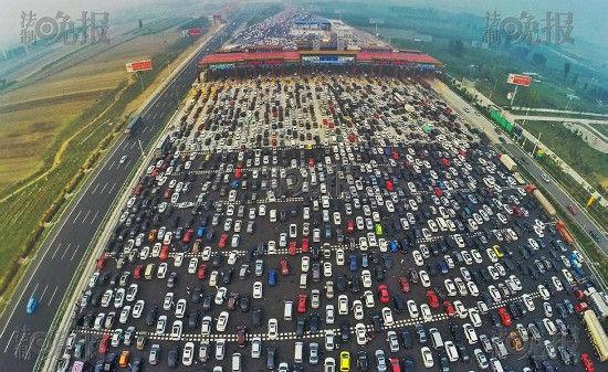 Tắc 50 làn tại cửa ngõ vào thủ đô Bắc Kinh