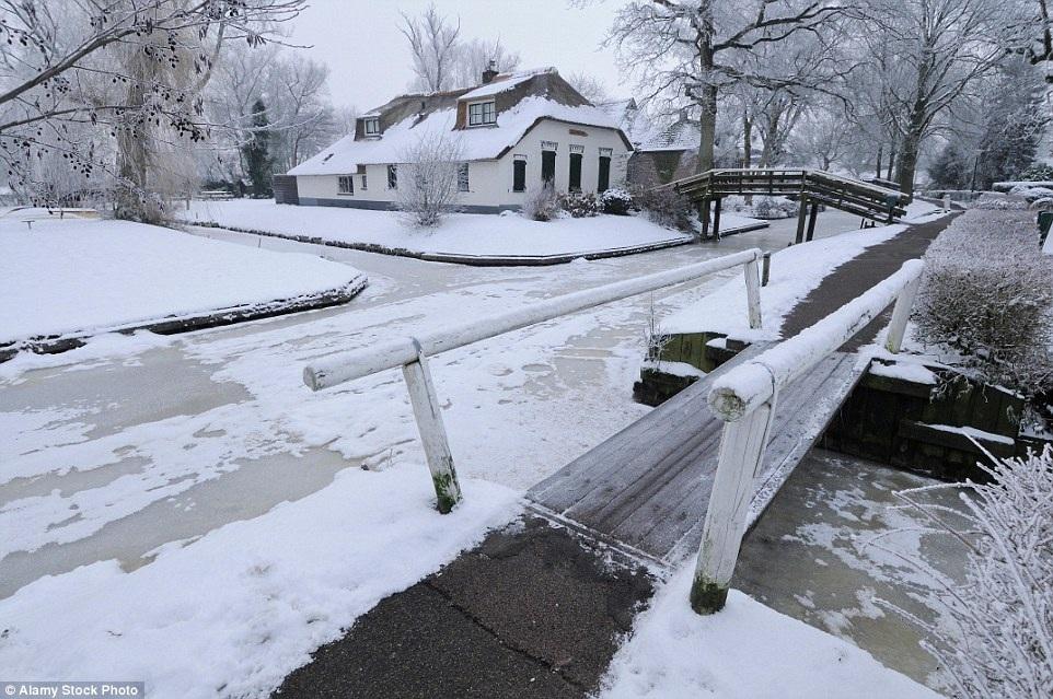 Vào những ngày mùa đông giá lạnh, cư dân trong làng còn sử dụng hệ thống đường thủy làm đường trượt băng
