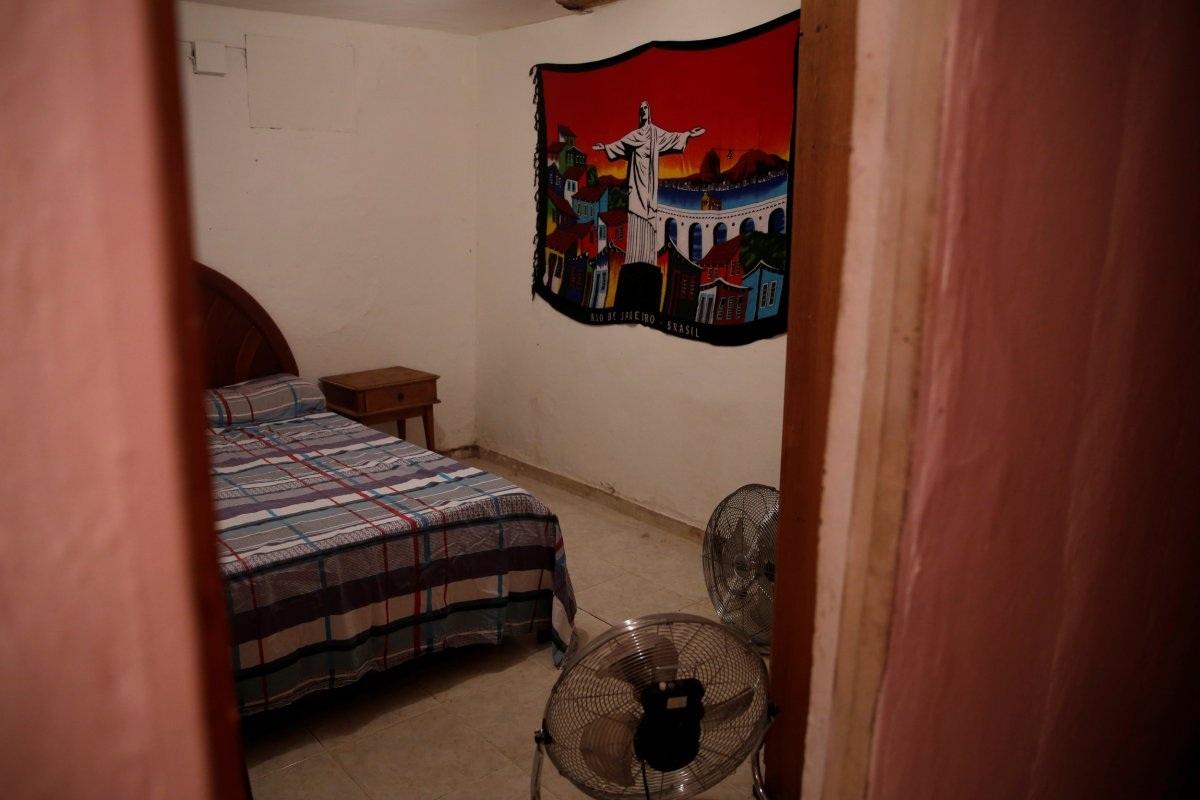 Nếu du khách muốn cảm nhận được cuộc sống người dân địa phương, bạn có thể thuê lại căn phòng của chính họ. Trong hình là một căn phòng thuộc khu ổ chuột ở Pereira da Silva.