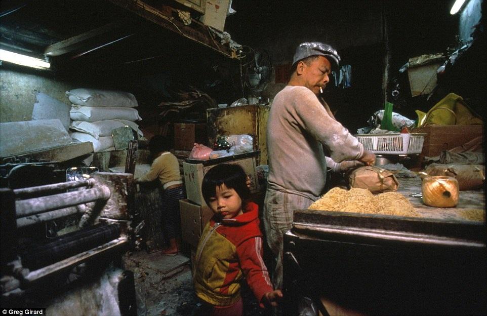 Hui Tung Choy là chủ một doanh nghiệp sản xuất mỳ sợi tại gia. Hai vợ chồng anh có hai cô con gái nhỏ. Chúng chơi ngay trong xưởng ở nhà.