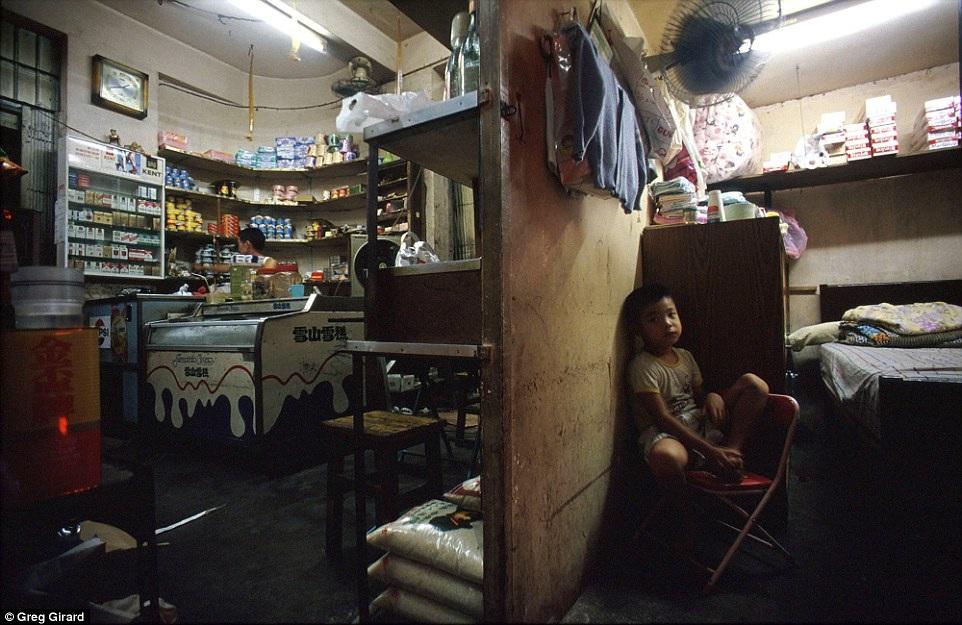 Căn phòng được ngăn đôi, một nửa làm cửa hàng tạp hóa, một nửa làm nơi để ở. Hình ảnh được chụp tại một căn nhà của người chủ có tên Lee Pui Yuen.