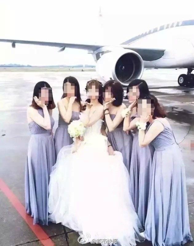 Cô dâu chụp ảnh cùng dàn phù dâu