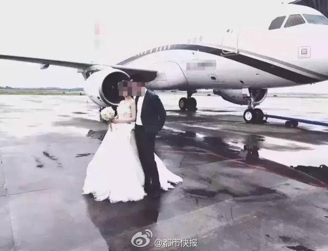 Cô dâu và chú rể trước khi lên máy bay