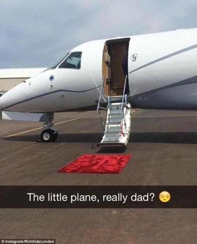 Trong khi đó, một tài khoản khác gửi một biểu tượng kém vui tới bố khi phải đi du lịch trên chiếc máy bay cá nhân loại nhỏ.
