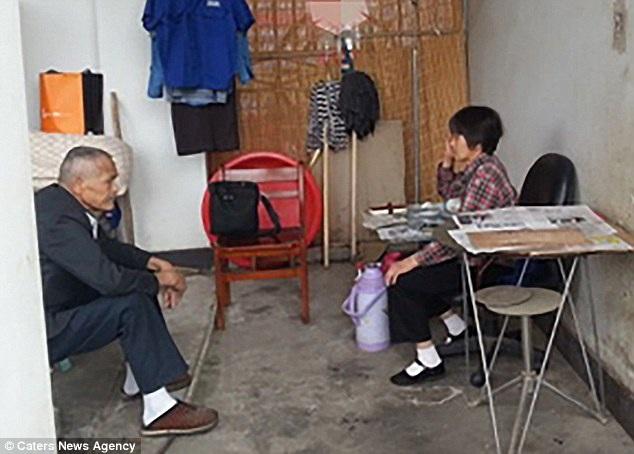 Bà Vương Tú Mai cùng chồng sống trong một nhà vệ sinh bỏ hoang ở trường đại học