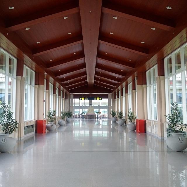 Sân bay khang trang nhưng vắng khách