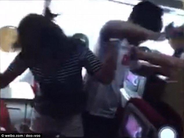 Hình ảnh hành khách Trung Quốc đánh lộn trên máy bay cắt ra từ đoạn clip