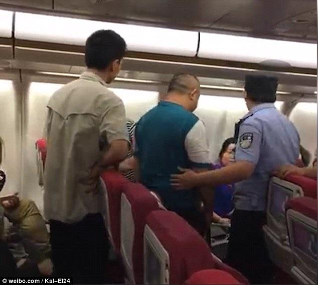 Khi máy bay hạ cánh, cảnh sát địa phương đã tiến hành bắt giữ những vị khách quá khích