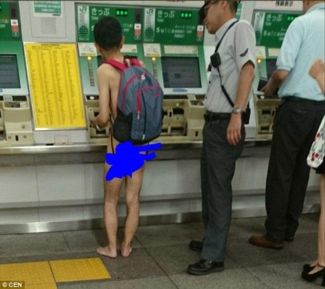 Người đàn ông lạ mặt đứng mua vé trong trạng thái khỏa thân