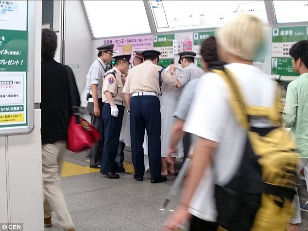 Cảnh sát địa phương đã có mặt và áp giải vị khách kia ra khỏi nhà ga
