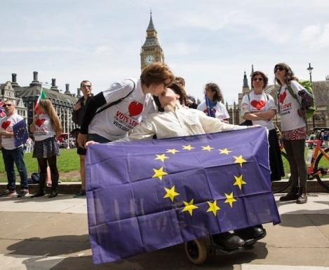 Dân châu Âu hôn nhau kêu gọi Anh ở lại EU - 2