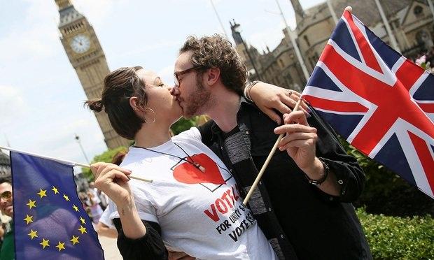 Người dân châu Âu trao nhau nụ hôn kêu gọi Anh ở lại EU