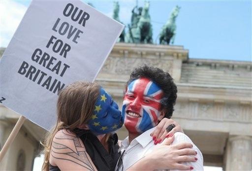 Một đôi bạn trẻ tô màu cờ nước Anh và cờ EU trên mặt trong sự kiện tổ chức ở Berlin, Đức