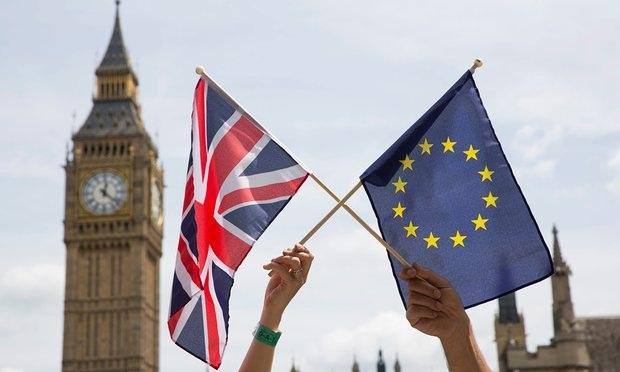 Cờ của nước Anh và cờ EU trước biểu tượng thủ đô London – tháp Big Ben