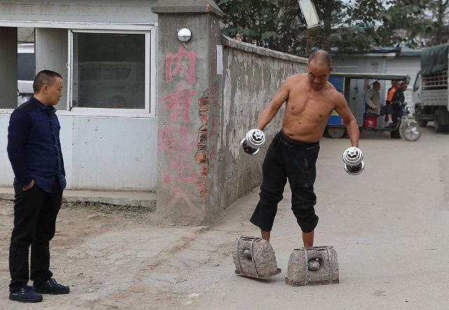 Trước Cong Yan, một người đàn ông khác cũng ở Trung Quốc, tự tạo cho mình bài luyện tập đặc biệt. Ông cho đúc hai khối bê tông lớn rồi xỏ chân vào và tập đi bộ 200m mỗi ngày.