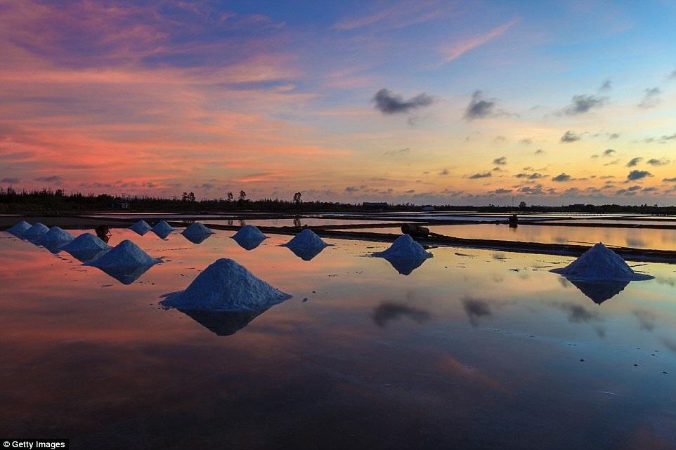Việt Nam cũng là một trong những nơi có nhiều địa danh ngắm hoàng hôn rất hấp dẫn. Hoàng hôn ở cánh đồng muối là một ví dụ.