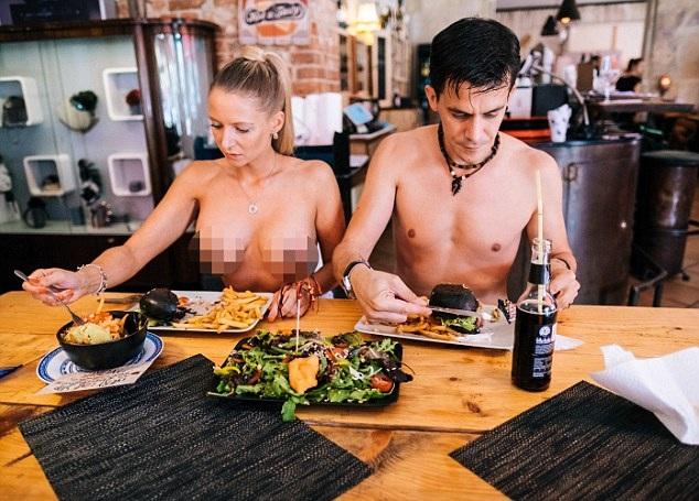 Hai vị khách khỏa thân tới dùng bữa ở nhà hàng