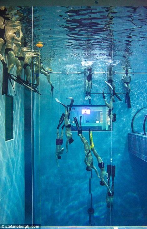 Cận cảnh bể bơi sâu nhất thế giới hơn 40m - 3