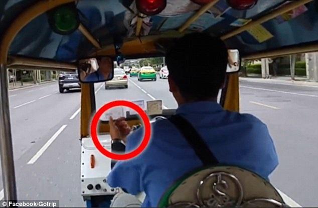 Anh nhận thấy người tài xế phía trước đang giơ những ám hiệu lạ