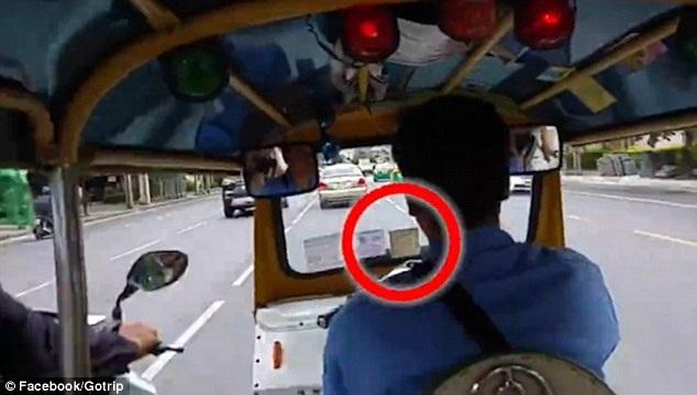 Ngay sau đó, một chiếc xe máy chở hai tên trộm áp sát xe tuk tuk
