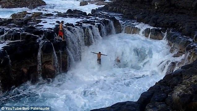 """Hồ bơi thiên đường đã trở thành """"địa ngục"""" với những con sóng dữ"""