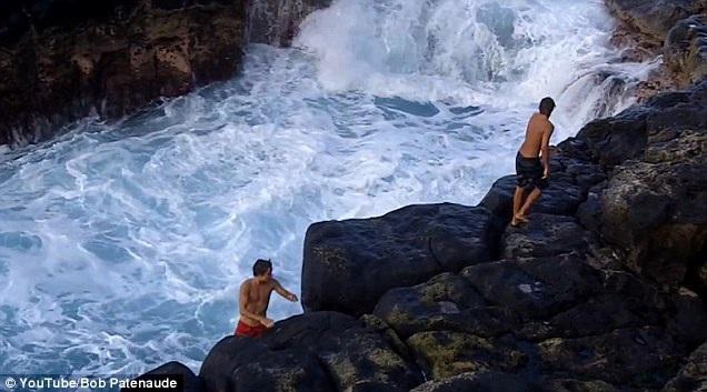 Cuối cùng sau một hồi vật lộn, 3 chàng trai đã bám được vào mỏm đá và leo lên bờ