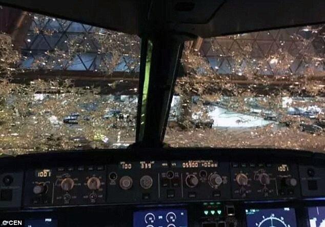Kính ở buồng lái máy bay bị nứt vỡ