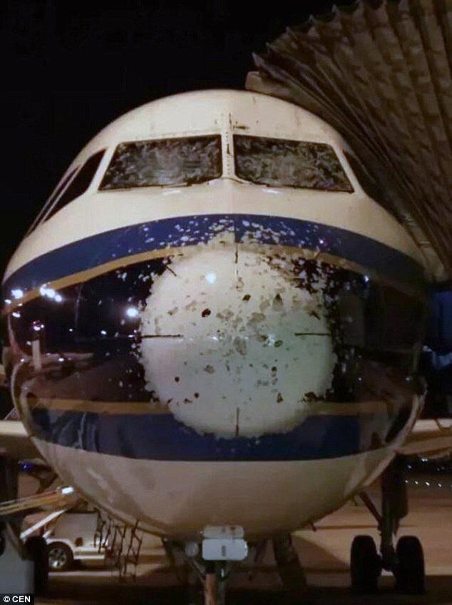 Máy bay thủng lỗ chỗ, hư hỏng nặng sau khi gặp trận mưa đá - 3