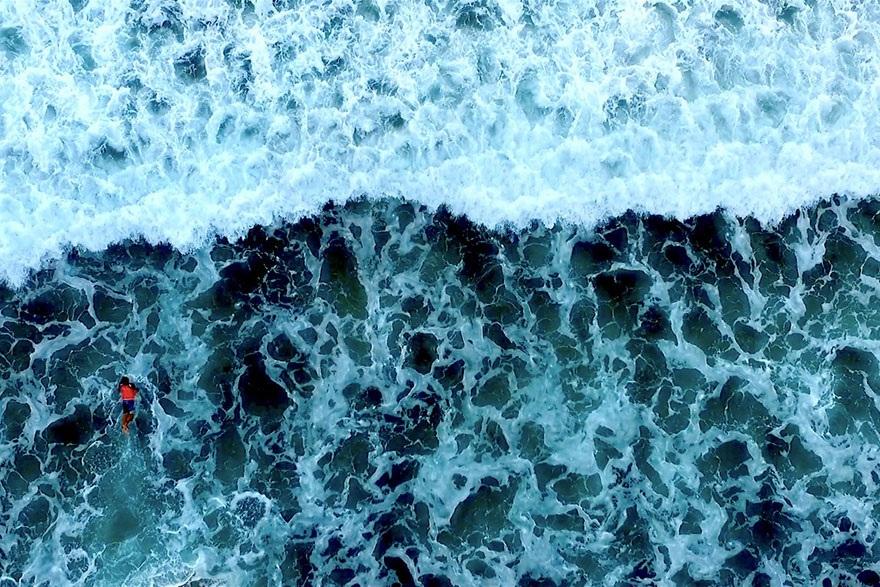 Đại dương xanh thẳm với những con sóng lớn dâng trào ở Kamogawa, Chiba, Nhật Bản.