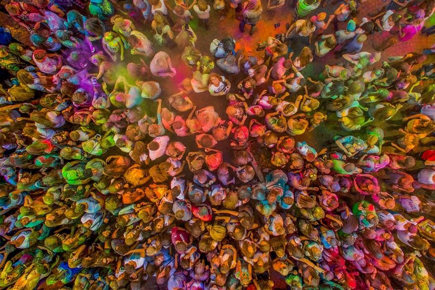Khoảnh khắc ấn tượng trong cuộc thi chạy nhiều màu sắc ở Kutno, Ba Lan.