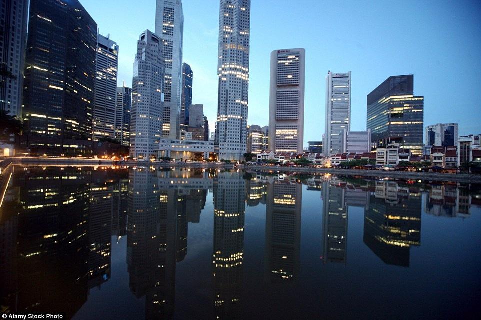 Hơn 1 thế kỷ qua, làng chài ngày xưa được thế chỗ hoàn toàn bằng thế giới đèn chiếu sáng với những tòa nhà cao ốc, biến Singapore trở thành một trong những đô thị phát triển bậc nhất thế giới.