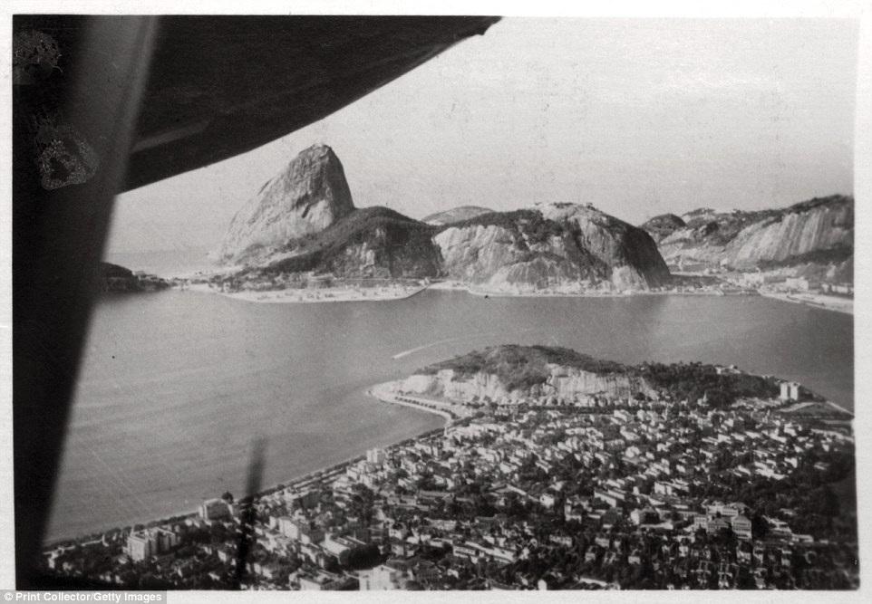 Một góc của thành phố Rio de Janeiro, Brazil, chụp từ máy bay vào năm 1930. Đây là thời điểm một năm trước khi bức tượng Chúa Cứu thế nổi tiếng Christ the Redeemer được khánh thành.
