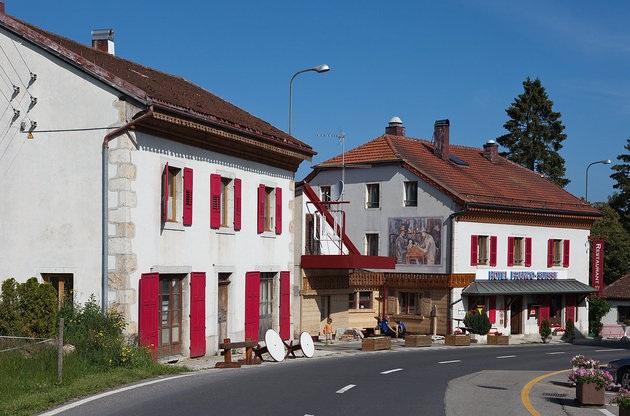 Khách sạn nằm ở đường biên giới giữa Pháp và Thụy Sỹ