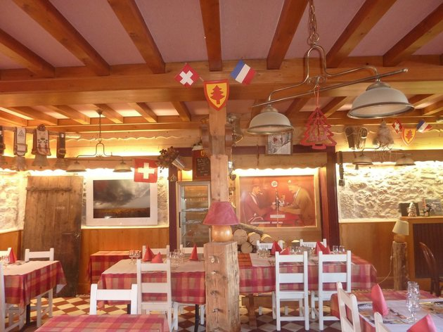 Nhà hàng phục vụ món ăn của cả hai nước