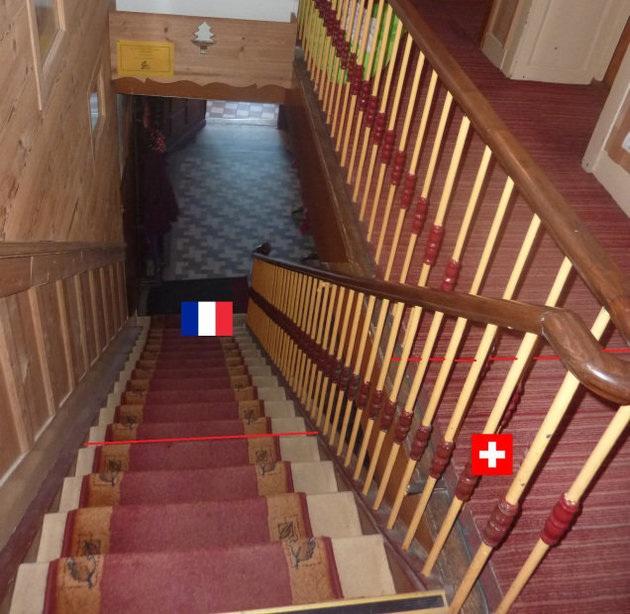 Cầu thang chia đôi giữa Pháp và Thụy Sỹ