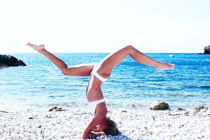 Khi đến những nơi mới, cô không quên thói quen luyện yoga hàng ngày