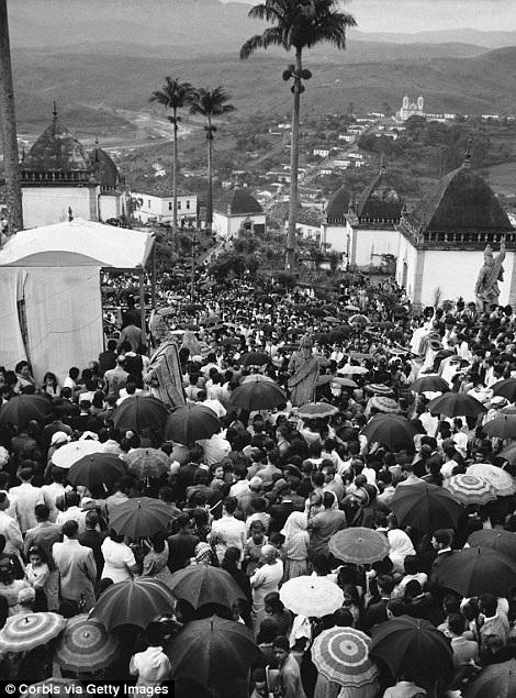 Người dân tụ tập trong một nghi lễ tôn giáo thực hiện dưới mưa ở Rio.