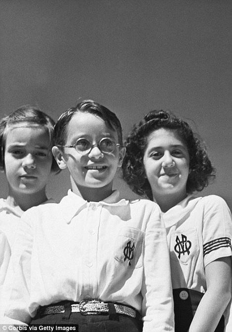 Những em bé Brazil trong trang phục học sinh.