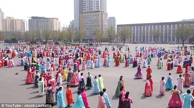 Người dân trong trang phục truyền thống luyện tập chuẩn bị cho ngày lễ lớn