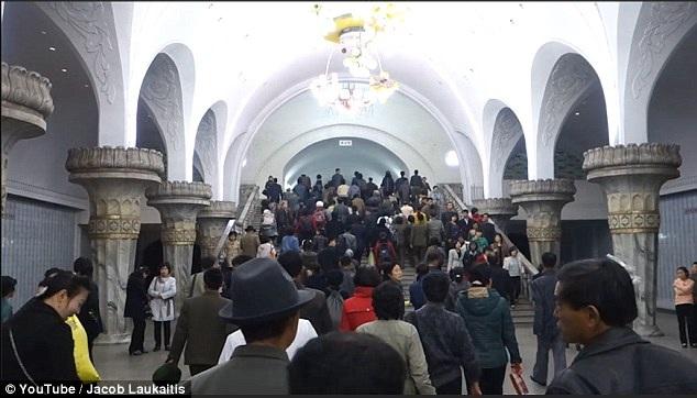 Trong ngày đầu tiên tới Bình Nhưỡng, nhóm du khách tới tham quan ga tàu điện ngầm