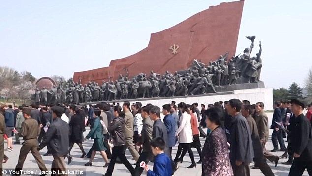 Người dân tới các khu di tích để tỏ lòng tôn kính với các vị lãnh đạo