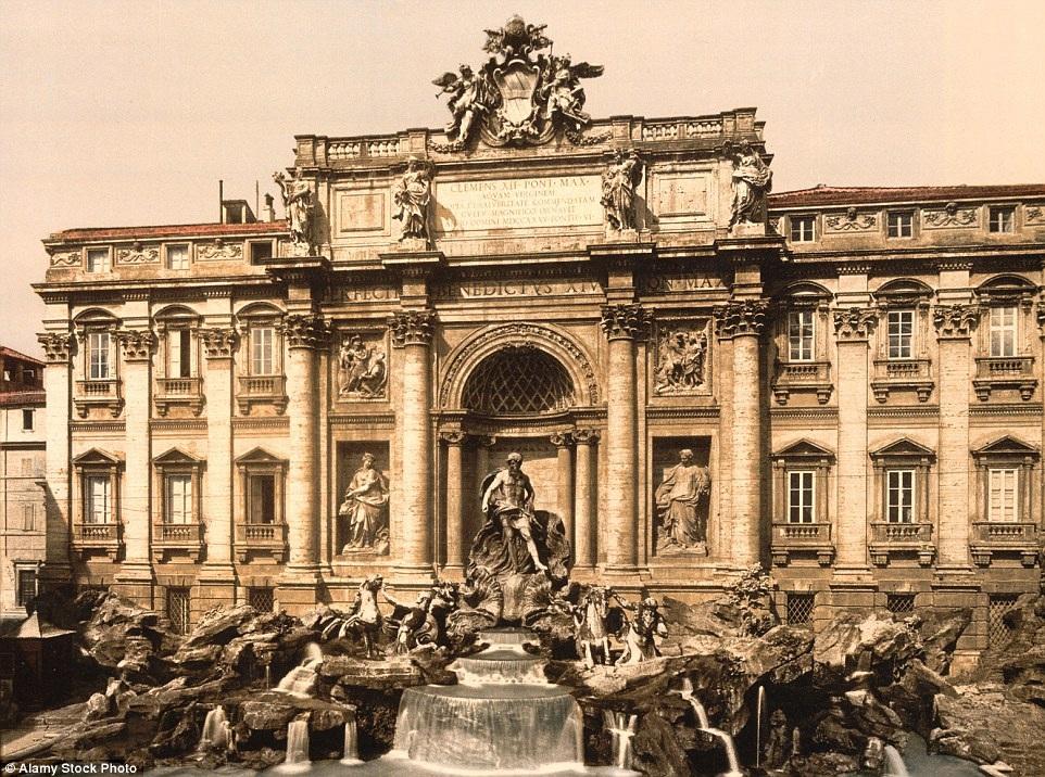 Đài phun nước Trevi nằm ở Roma, Italia do kiến trúc sư Ý Nicola Salvi thiết kế. Ảnh chụp trong khoảng thời gian từ 1890 đến 1900.