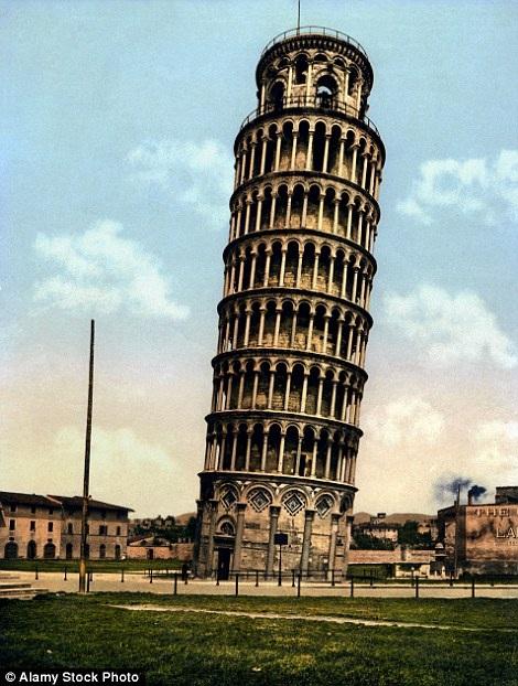 Tháp nghiêng Pisa là công trình nghệ thuật chưa xác định được người thiết kế, được xây dựng trong 3 giai đoạn với tổng thời gian 174 năm. Công trình là tòa tháp chuông ở thành phố Pisa, Italia, xây năm 1173. Ảnh chụp năm 1899.