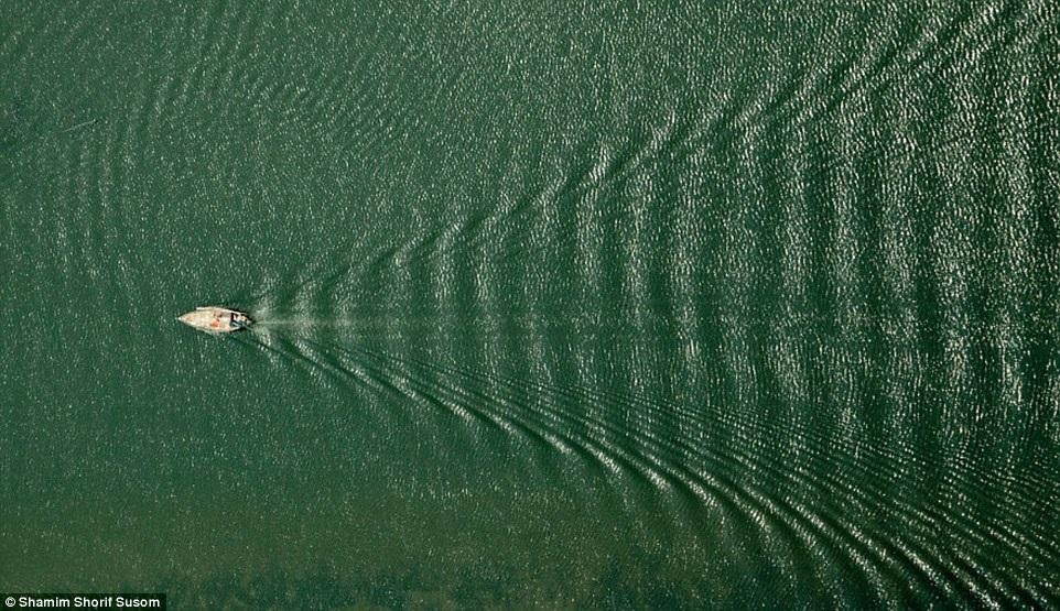 Một chiếc thuyền xuyên qua dòng nước.